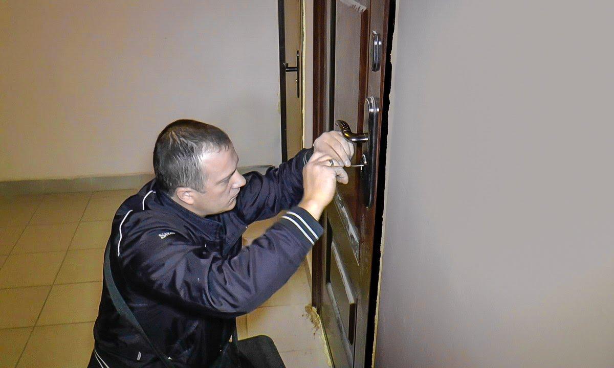 Замена замка в металлической двери - YouTube