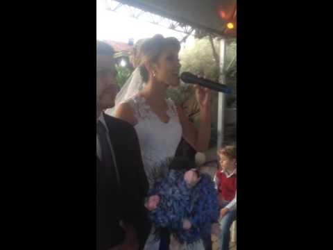 Noiva entra cantando Que sorte a nossa - Matheus e Kaua