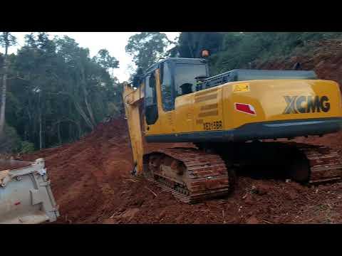 Escavadeira XCMG 215 Carregando caçamba 16m cúbicos.