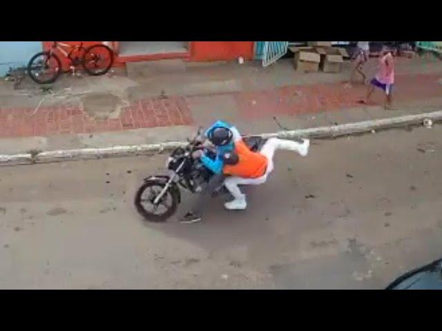 Homem pula e agarra assaltante no Rio Branco