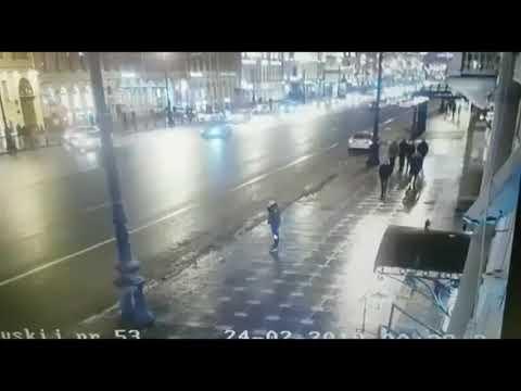 Момент страшной аварии на Невском проспекте в центре Петербурга попал на видео