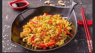 """Жареный рис по-тайски """"Кау Пад"""" с яйцом, курице, креветками."""