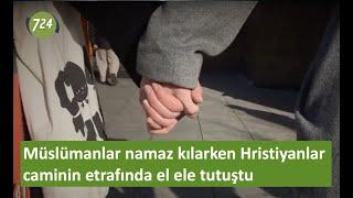 Müslümanlar namaz kılarken Hristiyanlar caminin etrafında el ele tutuştu