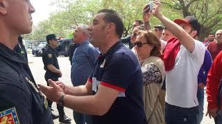 Los aficionados del Sevilla abroncan al equipo a su salida de Santa Justa Antonio Pizarro