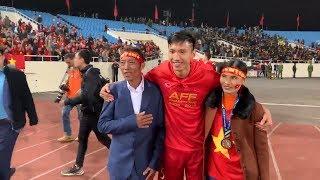 Đoàn Văn Hậu hạnh phúc bên bố mẹ sau khi vô địch AFF Cup