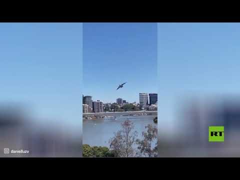 تحليق منخفض ومناورة خطيرة جدا بين ناطحات السحاب لطائرة نقل عسكرية في بريسبن الأسترالية
