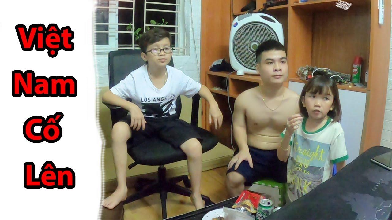 Cả Gia Đình Thầy Giáo Tí Hon Cổ Vũ Cho Đội Tuyển Việt Nam | Thầy Giáo Tí Hon