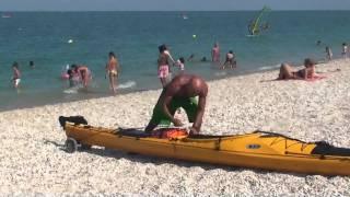 Luca prova il carrello per il kayak Prijon Seayak 500 LV - 4.8.2011