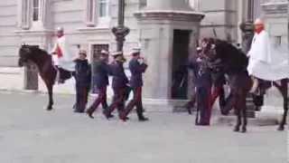 Смена караула у Королевского дворца в Мадриде 1/2(В каждую среду в 11.00, на Оружейной площади у Королевского дворца проводится смена Королевского караула...., 2013-10-17T16:52:03.000Z)
