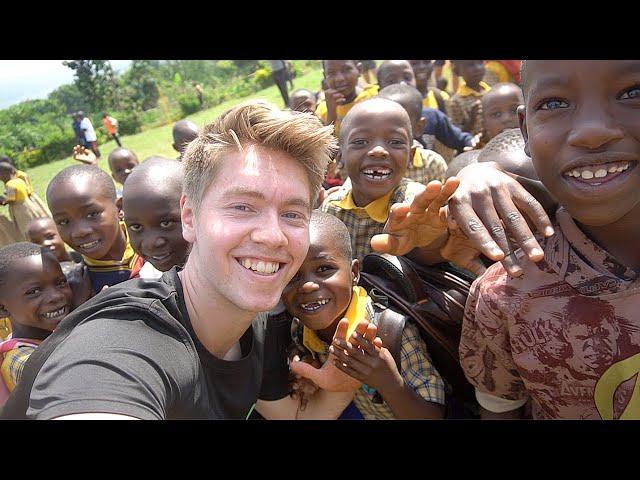 OVERRASKER BØRN MED GAVER I AFRIKA