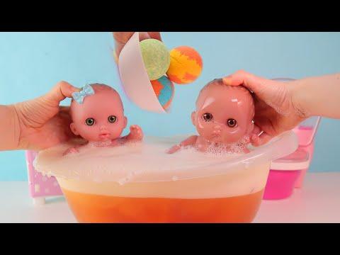 Куклы Пупсики купаются в ванной с водяными бомбочками. Чуть не затопили ванную комнату.Зырики ТВ