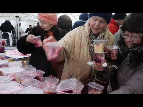 Битва москвичей за за бесплатную селедку под шубой