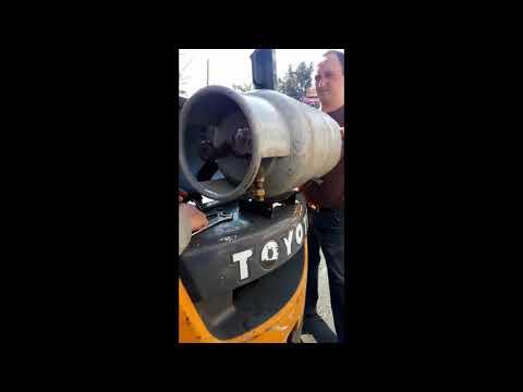 """Замена газового баллона  погрузчика в """"Центре обучения водителей погрузчиков"""""""