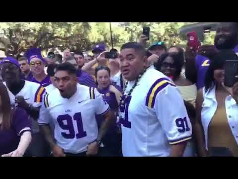 LSU FOOTBALL PLAYER BREIDEN FEHOKO DOES THE HAKA WITH HIS DAD BEFORE THE GAME