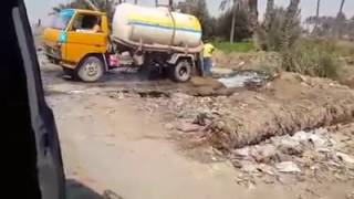 بالفيديو .. إلقاء مياه الصرف الصحي بالبدرشين في مصرف زراعي