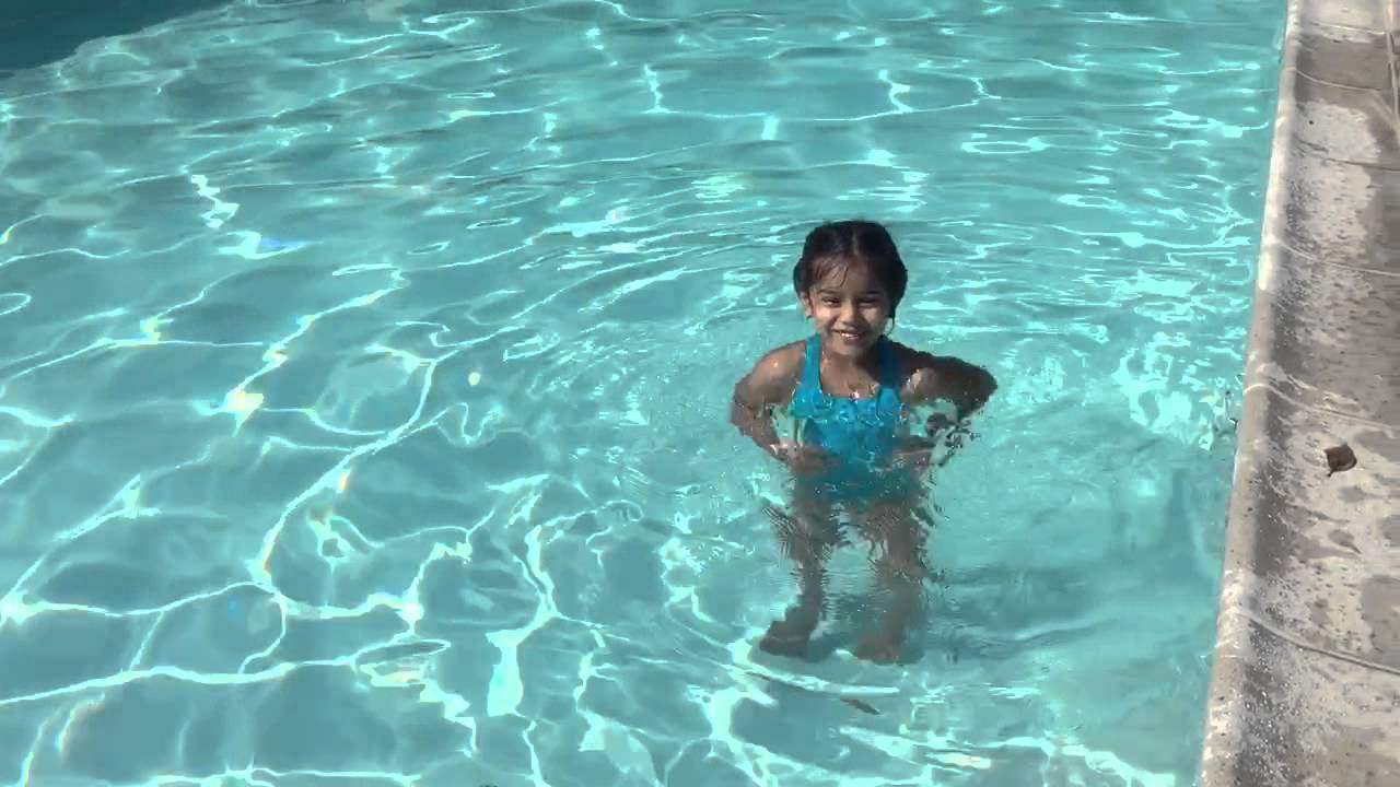 Gummy bear in the swimming pool youtube for Swimmingpool gummi