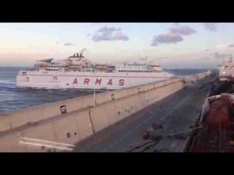 un ferry se estrella en el muelle de las palmas por una
