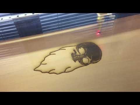 Laser gravíruje motiv a logo na desku při výrobě longboardu v komunitní dílně FutLab