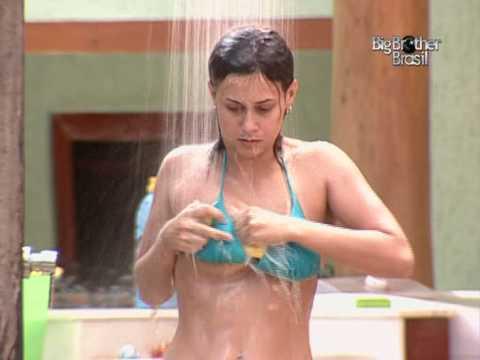 Angélica tomando banho
