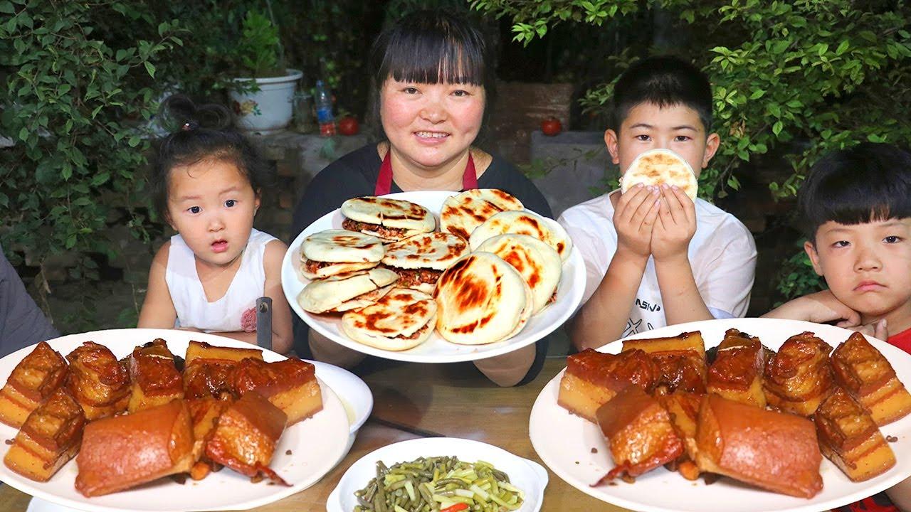 """【陕北霞姐】陕北正宗""""肉夹馍"""",夹上五花肉和青辣椒,娃娃们抢着吃,猛香了!"""