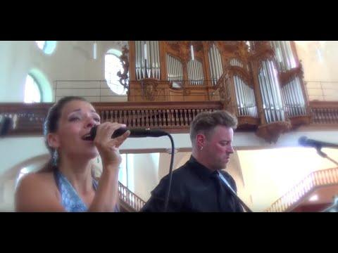 """""""Hallelujah"""" an einer Trauung in der Kirche. Gesang und Gitarre."""