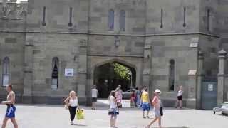 Воронцовский дворец в Алупке - внутренний дворик(Алупка Воронцовский дворец - северный фасад. http://my-krym.ru - более 7 тысяч фотографий, десятки видео. Описания..., 2014-06-22T07:05:30.000Z)