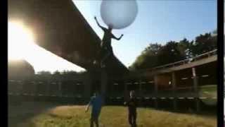 Летающие пузыри из жвачки (ураганное видео!)