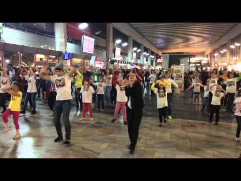 Видео, Флешмоб Жесты Добра на Курском вокзале