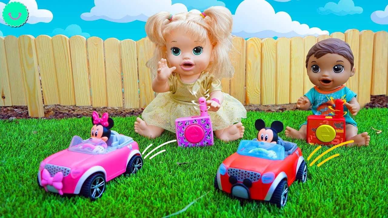 Sara y Luke juegan a las carreras de coches RC con juguetes de MICKEY y MINNIE Mouse