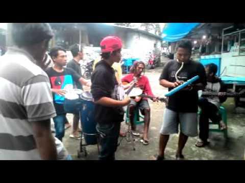 Musisi Jalanan Bendungan Lahor, Malang - Birunya Cinta