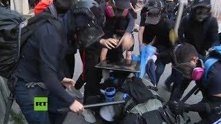 manifestantes golpean a un polica en hong kong