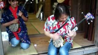 沖縄の三味線は独特の音が出ます。 昔は単音弾きが基本でしたが、チャン...