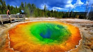видео Самые красивые цветные озера мира