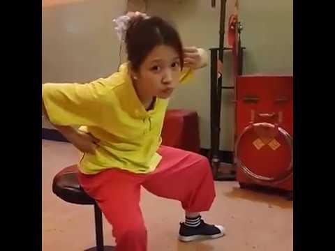 小花第一次吃跳跳糖的經典畫面