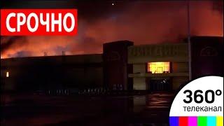 """Пожар на строительном рынке """"Синдика"""" на западе Москвы тушат уже более 5 часов"""