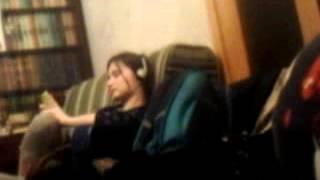 Сестра на диване