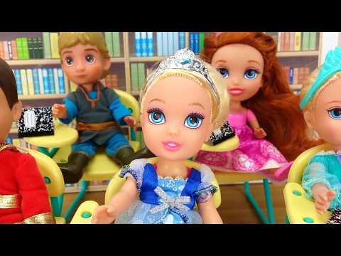 ELSA FROZEN  la cuida el PRÍNCIPE Princesas Disney y Barbie Historias con muñecas