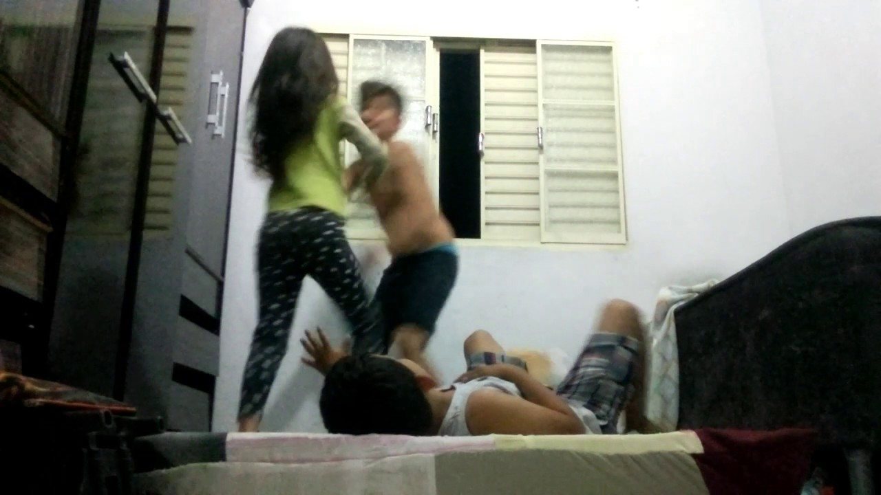 Brincando de luta  com primos e irma