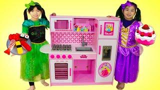 Emma y Jannie Juegan con Cocina de Princesa de Juguetes | Desafío de Cocina para Niños