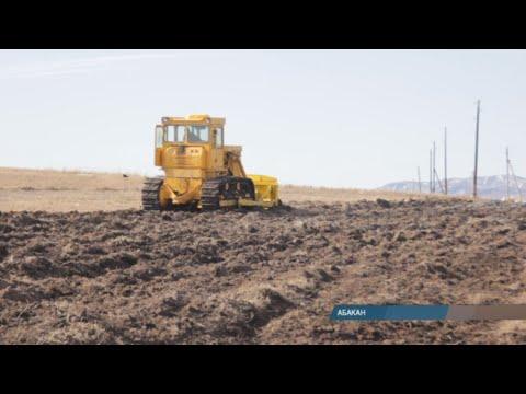 Военная спецтехника помогает в Хакасии укреплять оборону против огня