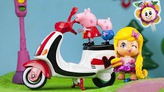 CATAPUN! PEPPA PIG MULTADA POR CORRER EN MOTO! Los Pinypon echan carreras en el parque de juegos!