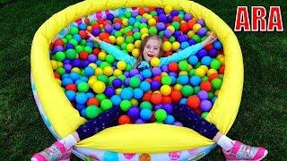 يلعب Ulya الألعاب الداخلية ويستمتع بالكرات الملونة