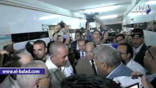 بالفيديو والصور.. محلب للعاملين بمستشفى السنبلاوين بعد تغيير خط سيره: أهالينا أمانة فى أعناقكم