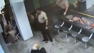 В США заключенный избил надзирателей, получив 4 удара электрошокером(САМАЯ ЛУЧШАЯ ОНЛАЙН ИГРА http://ad.admitad.com/goto/185f5612ad89a3955e63084379854e/ ---------..., 2015-04-10T13:40:31.000Z)