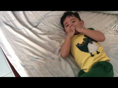 Em bé phản ứng kịch liệt khi bố nói tiếng Nghệ An