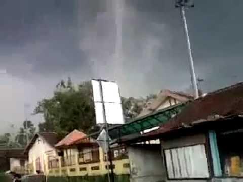 Ngeri! Rekaman Video Amatir terjadinya angin puting beliung salatiga