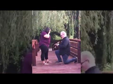 Er macht ihr auf der Brücke einen Heiratsantrag - dann passiert das Unvorstellbare