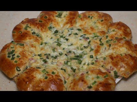 Праздничная лепешка с начинкой из ветчины сыра и зеленого лука. Пирог с начинкой.