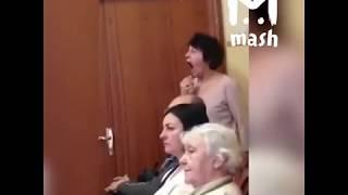 Учительница музыки подсказывает подопечной на сцене как петь