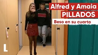 Amaia-y-Alfred-se-besan-a-escondidas-en-el-cuarto